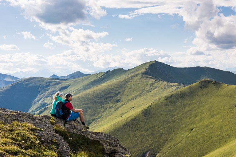 Gipfelpause am Falkert mit herrlichem Blick auf die Nockberge